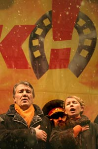 Ukrainian opposition leader Viktor Yushchenko (left) sings the national song during a rally held in Kiev. <font size=-2>(Source:Xinhua/AFP Photo)</font>