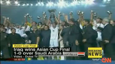 Jubilant Iraqi soccer team pose with Asia Cup <font face=Arial size=-2>(Source: CNN)</font>