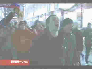 Crowds of young people spontaneously celebrate Putin's victory <font face=Arial size=-2>(Source: BBC)</font>