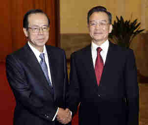 Japanese Prime Minister Yasuo Fukuda and Chinese Premier Wen Jiabao shaking hands in Beijing. Identical twins, separated at birth? <font face=Arial size=-2>(Source: Xinhua)</font>