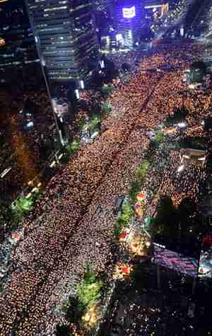 Hundreds of thousands of Koreans hold candlelight demonstrations in Seoul <font face=Arial size=-2>(Source: Seoul Times)</font>