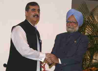 India's Prime Minister Manmohan Singh (R) and Pakistan's Prime Minister Yousaf Raza Gilani shake hands at SAARC meeting. <font face=Arial size=-2>(Source: VOA)</font>