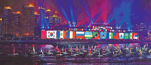 Ships decorated with flags of participating Expo countries and regions line up on the Huangpu River as the fireworks show opens. <font face=Arial size=-2>(Source: Xinhua)</font>