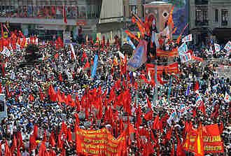 May Day parade in Istanbul, Turkey, organized by trade unions, and featuring songs and celebrations. <font size=-2>(Source: AFP)</font>