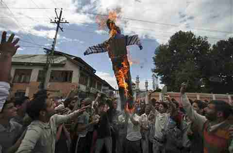 Obama burned in effigy by Kashmir protestors <font face=Arial size=-2>(Source: VOA)</font>
