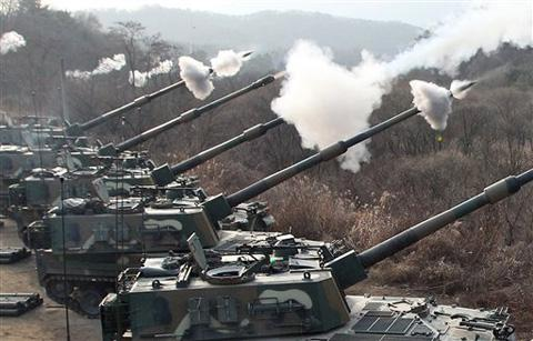 S. Korea's K-9 self-propelled guns firing live rounds on Thursday (Chosun)