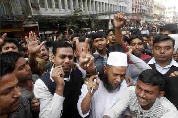 Investors riot and block roads in front of Dhaka Stock Exchange (Reuters)
