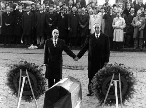 A highly emotional photo of Mitterand and Kohl at Verdun in 1984 (Spiegel)