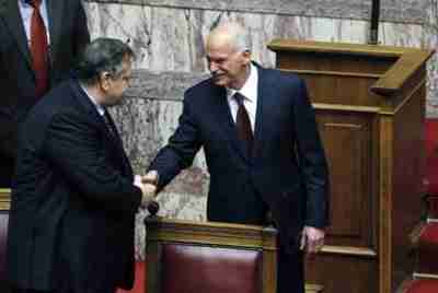 Papandreou shakes hands with Venizelos after winning the confidence vote