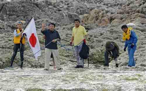 Members of Japanese nationalist group land on Senkaku island and plant flag on Sunday morning (Kyodo)