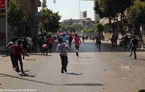Stone-throwing clashes break out between Morsi's supporters and opponents in Tahrir Square