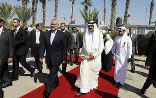 Hamas leader Khaled Meshal to left of Qatar leader Sheik Hamad on red carpet (al-Jazeera)