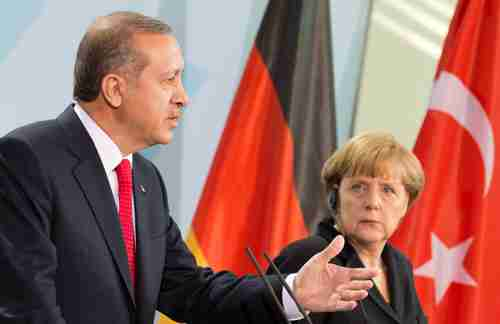 Erdogan and Merkel at press conference in Berlin on Wednesday.  (dapd)