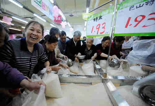 Shoppers purchase discount rice at a supermarket in Chongqing (China Daily)