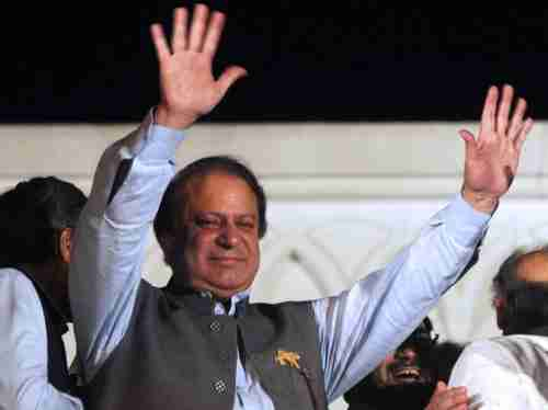 Nawaz Sharif waves to supporters (AFP)