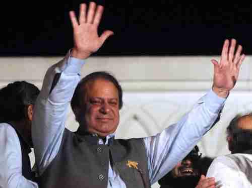 Nawaz Sharif waves to supporters (AFP)