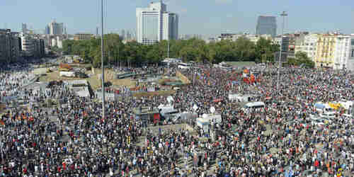 Thousands of protesters occupy Gezi Park in Istanbul (Zaman)