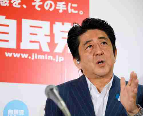 Shinzo Abe answering questions on Sunday (Nobuhiro Shirai)