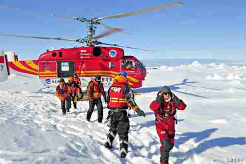 Chinese helicopter ferries the Shokalskiy passengers to safety