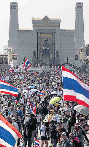 Anti-government protesters rally in front of the statue of King Rama I at Bangkok's Memorial Bridge (Bangkok Post)