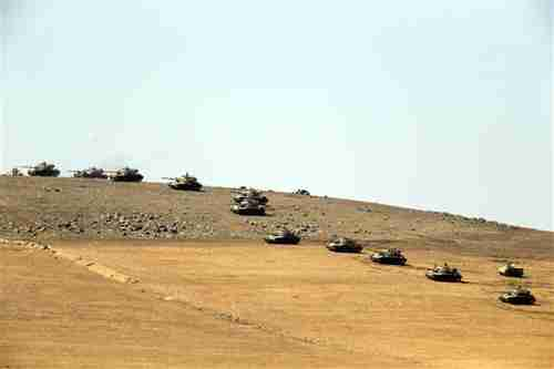 Turkish army tanks have been lined up on the Syrian border across from Kobani for a week (Hurriyet)