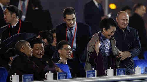 Vladimir Putin puts blanket on Peng Liyuan, Xi Jinping's wife (Reuters)