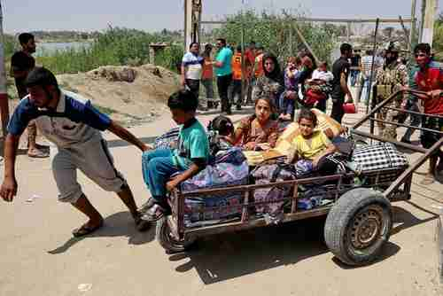 Iraqis fleeing Ramadi on Sunday (AP)