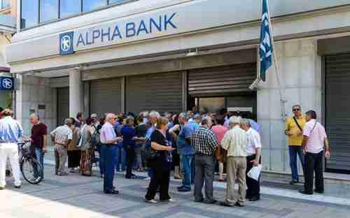 Greeks in Athens wait in line to use the ATM (Kathimerini)
