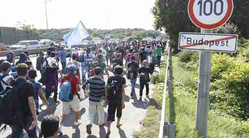 Hundreds of migrants traveling on foot