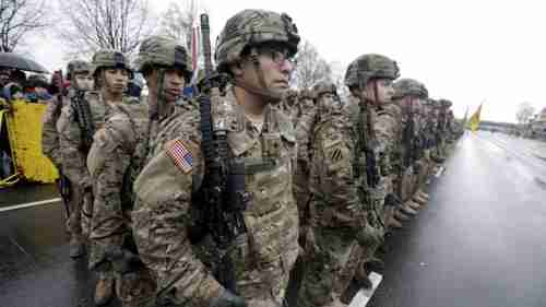 U.S. troops participate in Latvia's Independence Day military parade in Riga on 15-Nov-2015 (Reuters)