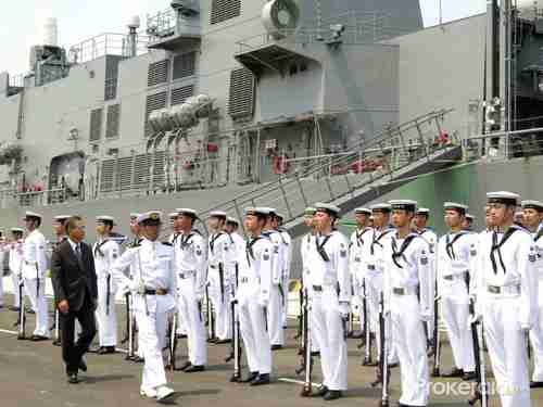 Japanese ambassador to Vietnam Hiroshi Fukada (1st L, front) inspects a guard of honor on Tuesday at Cam Ranh Bay seaport.