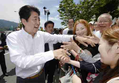 Shinzo Abe campaigning for Sunday's elections (Kyodo)