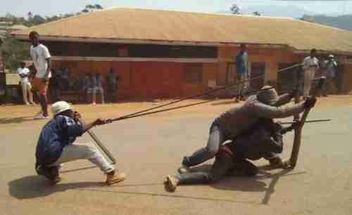During protests earlier this year, Anglophone protesters used catapults against police in Bamenda, Cameroon (RFI)