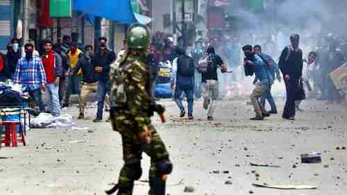 Rock-throwing youths clash with police in Kashmir (Hindustan Times)