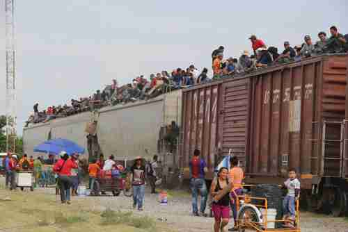 Migrants board 'La Bestia' (The Beast) in southern Mexico to travel to the US border.  (AP, 2014)