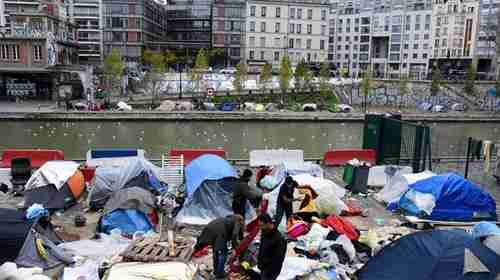 Migrants set up temporary shelter tents near the Canal Saint-Martin, Jaures and Stalingrad metro stations in northern Paris (Yeni Safak)
