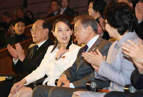 Kim Yo-jong and Moon Jae-in share an intimate moment as they watch a performance by North Korea's Samjiyon art troupe at the National Theater of Korea in central Seoul on Sunday. (Yonhap)