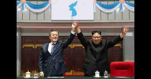 Moon Jae-in and Kim Jong-un in Pyongyang, North Korea, on 19-Sep-2018 (AP)