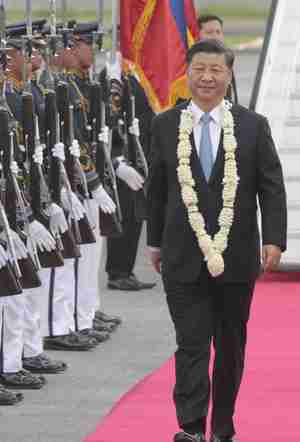 Xi Jinping arrives in Manila on Tuesday and receives military honors.  (Manila Times)