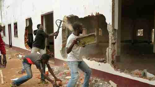 File photo, 10-Dec-2013: A Christian mob attacks a mosque in Bangui (AP)