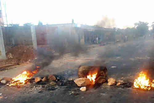 Burning barricades in Bujumbura, Burundi's capital city, last year (UN)