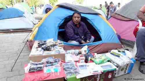 An Idomeni camp refugee selling whatever he can (Deutsche Welle)