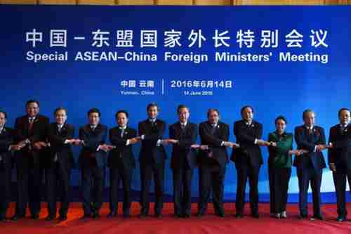Silly group picture of foreign ministers at Tuesday's ASEAN meeting purporting to portray unity (AFP)